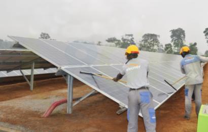 Cameroun: la commune de Djoum désormais alimentée en électricité par une centrale hybride solaire – diesel