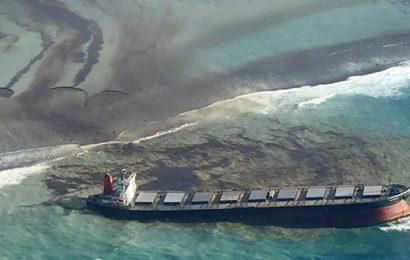Maurice: la menace d'une marée noire fait craindre à la France une pollution des plages de La Réunion
